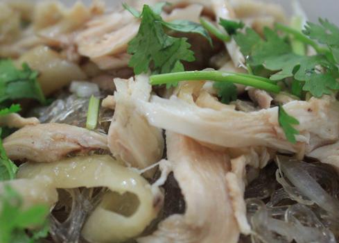 Thịt gà được xé nhỏ, mềm, dai và có vị ngọt rất ngon.