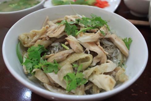 Miến gà trộn là một biến tấu từ món miến gà nổi tiếng, đem lại cho bạn hương vị khác lạ trong khi ăn.