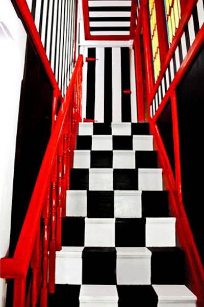 Cầu thang lên xuống với ba sắc đen-trắng-đỏ hiện đại.