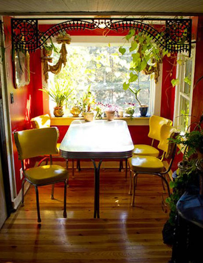 Góc bàn ăn, dùng trà bên khung cửa sổ tràn ngập ánh nắng và cây xanh.