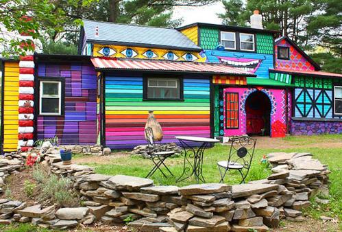 Không chỉ nhiều màu sắc, chủ nhà còn vẽ cả mắt, miệng lên mặt tiền khiến ngôi nhà có thêm sức sống.
