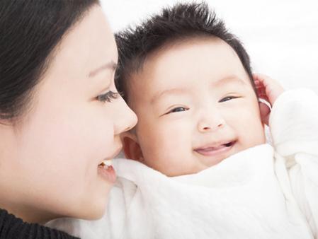 Nhiều cha mẹ tránh bật điều hòa dù đã vào mùa nóng vì sợ bé bị bệnh.