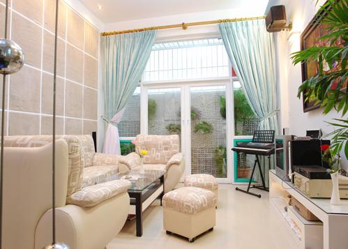 Mảng trang trí trong phòng khách đơn giản chỉ làm bằng...bao bố. Vừa là trang trí phá cách, vừa là mảng tường hút âm đặt đối diện dàn loa nghe nhạc để giúp cho hiệu quả nghe nhạc và hát karaoke hay hơn.