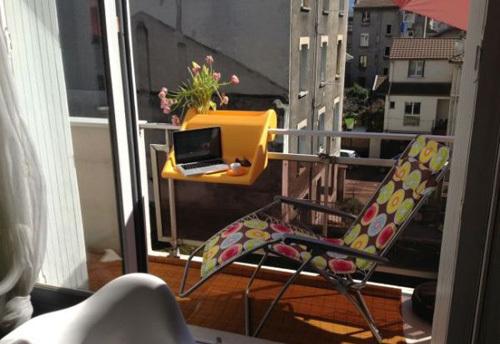 Bạn cũng có thể sưởi nắng vào sáng sớm, lướt web và ngắm nhìn phố xá từ góc ban công.