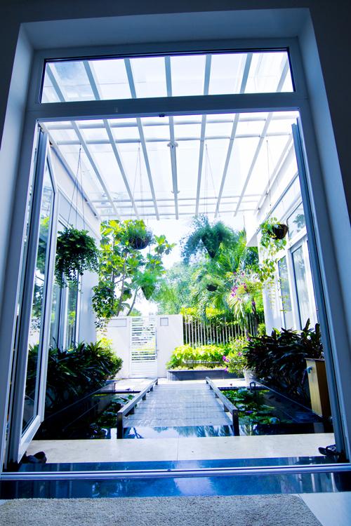 Lối vào nhà được thiết kế làm cảnh quan, thay vì làm sảnh đón thông thường. Điều này giúp công trình đẹp hơn và góp phần giảm được chi phí.