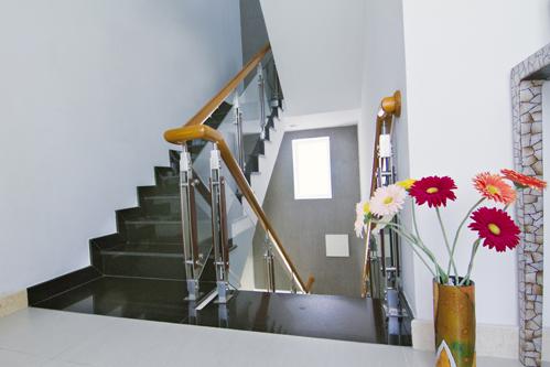 Không gian cầu thang cũng nên vừa đủ dùng, hạn chế sự chiếm chỗ để tiết kiệm chi phí.