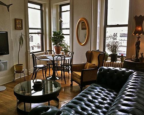 Nét đẹp hài hòa từ kết cấu, chất liệu, chi tiết trang trí, bố cục sắp xếp kết hợp ánh sáng tự nhiên từ cửa ô kính mang lại cho căn phòng một phong cách rất sang trọng mà ấm áp. Ảnh: Apartmenttherapy.