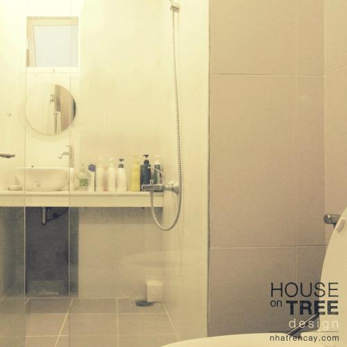 Phòng tắm với tông màu trắng đơn giản. Dù bị thu hẹp lại so với căn hộ nguyên gốc để mở rộng tối đa những không gian chung, tuy vậy với cách bài trí khéo léo chắc không ai nhận ra khu vực này đã được sửa lại.