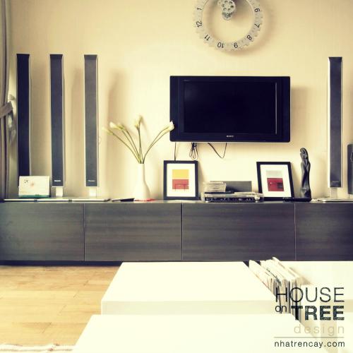 Không gian đa phần sử dụng gam màu đơn sắc ấm như trắng, đen, nâu, xám, mục đích để tôn lên màu sắc rực rỡ và sự ngẫu hứng của các vật dụng nội thất.