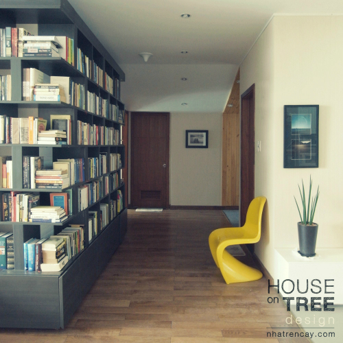 Chiếc ghế tựa kê sát tường là chỗ ngôi hợp lí để ngắm nghía, lựa chọn hay đọc sách ngay tại chỗ.