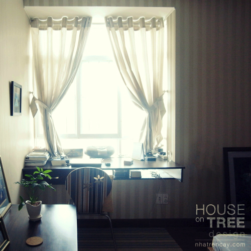 Cửa sổ phòng được mở rộng tối đa để đón ánh sáng tự nhiên. Vật liệu trang trí đơn giản hướng đến thiên nhiên. Vật liệu chính là gỗ, các họa tiết vân gỗ, cây xanh, thậm chí giấy dán tường hay thảm cũng là những đường sọc đơn giản gợi nhắc về thiên nhiên khiến căn phòng luôn mở ra dễ chịu.