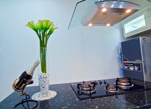 Đảo bếp được tách hẳn ra giữa khu bếp, để bảo đảm sự sạch sẽ như những gì chị mong muốn. Dây chuyền tam giác nội trợ: tủ lạnh - lavobo- bếp cũng được chị bố trí hợp lý, hoàn hảo như một thiết kế của các kiến trúc sư.