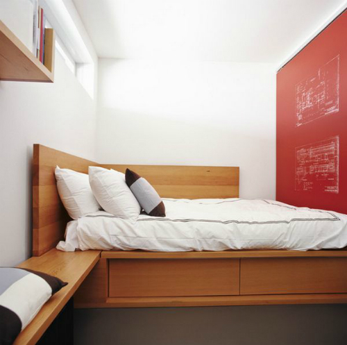 wood-corner-bed-red-wall-accent_14053079