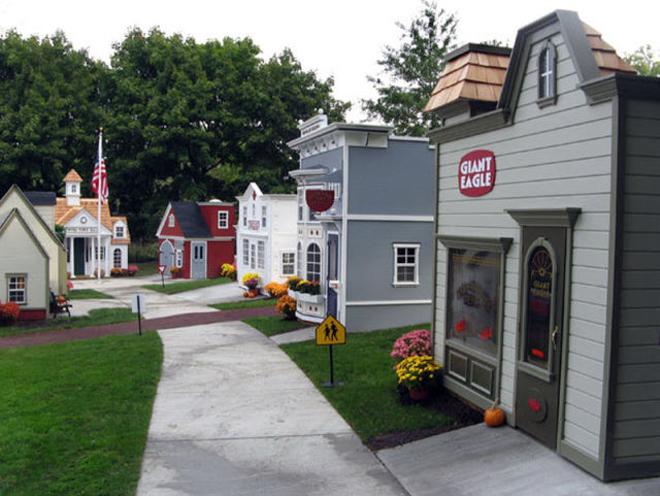 <p> Các ngôi nhà xếp thành dãy dài trông giống như một khu phố thực ngoài đời.</p>