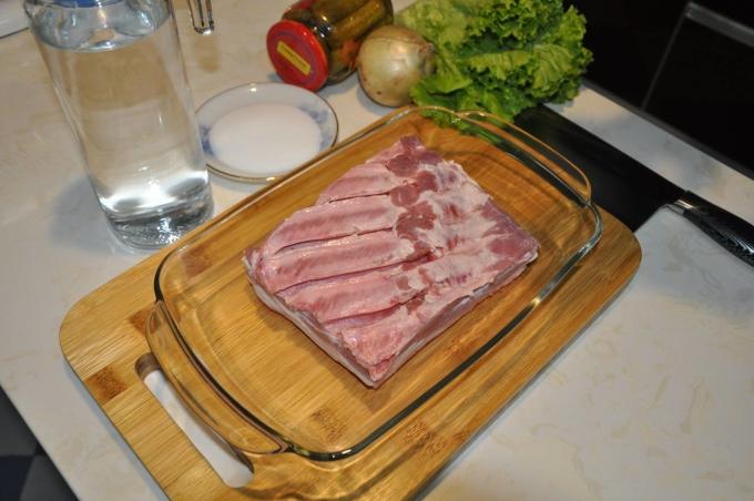 """<p class=""""Normal""""> Đầu tiên mua thịt ba dọi là phần thịt nguyên thớ, đan xen giữa mỡ và nạc. Mua được thịt ba chỉ tách sườn như hình là chuẩn nhất. Cắt miếng thịt vuông vức, đảm bảo phần bì của miếng thịt tiếp xúc với nhiệt độ lò nướng được đều. Nguyên liệu làm món này gồm: thịt ba dọi<span>1kg, muối</span><span>tinh 50 gam, một lít nước đun sôi và khay nướng.</span></p>"""