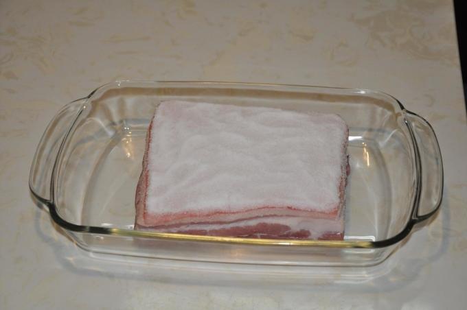 """<p class=""""Normal""""> Rửa sạch miếng thịt và thấm khô hết nước, nhất là phần bì. Cho miếng thịt vào khay nướng, đắp một lớp muối tinh lên trên mặt bì sao cho muối phủ kín mặt bì lợn. Để không bị mặn, ngay sau khi đắp muối bạn phải cho vào nướng ngay để lớp muối không có thời gian ngấm vào thịt.</p>"""