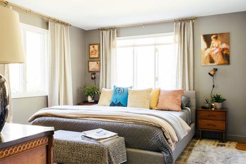Căn phòng sau khi sửa có màu nhạt hơn.