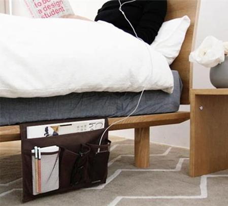 Chiếc túi có thể kẹp giữa đệm và giường sẽ giúp bạn không phải rời khỏi chăn để lấy những thứ thiết yếu.