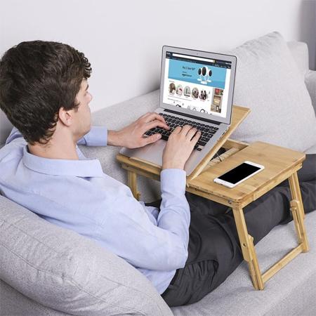 Bạn có thể ngồi làm việc ở bất cứ đâu với chiếc bàn nhỏ nhắn có thể gập gọn.