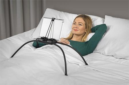 Nhiều người đã chuyển từ thói quen ngồi lỳ trước tivi chuyển sang lướt mạng, xem tivi trên máy tính bảng. Thiết bị cố định iPad sẽ giúp bạn không phải cầm mỏi tay.