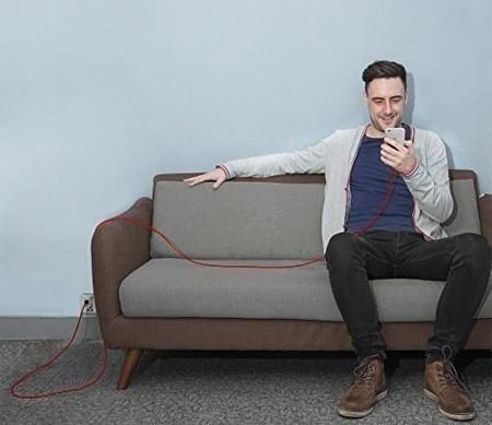 Nỗi lo phải ngồi dậy để cắm sạc điện thoại sẽ không còn nếu bạn chuẩn bị dây sạc đủ dài.