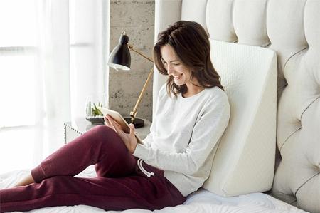 Chiếc gối dựa thiết kế phù hợp sẽ khiến bạn ngồi cả ngày mà không bị mỏi lưng.