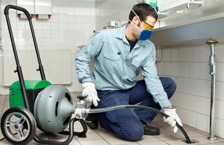 Nhiều gia đình phải thuê cả đội thợ chuyên nghiệp để làm sạch đường ống nước. Ảnh minh họa: VDB.