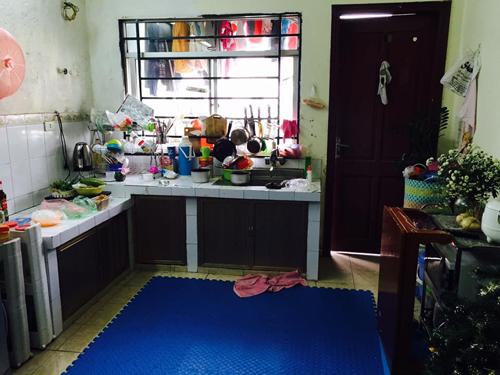 Căn bếp trước khi cải tạo không có chỗ để đồ nên bày bừa.