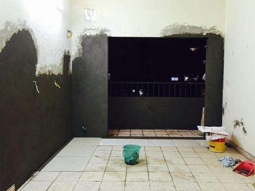 Chị Linh thuê thợ đập bỏ hoàn toàn phần bếp cũ, mở rộng cửa ra ban công.