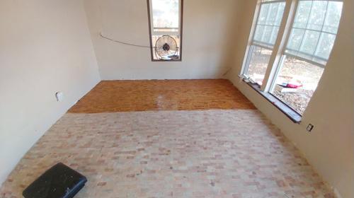 Chị Samantha cùng người bạn gái đã mất 2 tuần để hoàn thành việc cưa và lắp ráp sàn nhà. Để hoàn tất, chị phủ một lớp nước bóng lên mảng gỗ ghép.