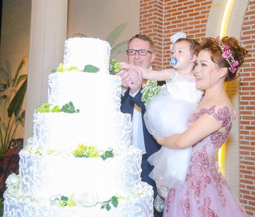 Cả hai đăng ký kết hôn hơn 3 năm trước nhưng mới tổ chức đám cưới tháng 3 vừa qua tại một khách sạn 5 sao.