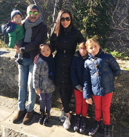 Vợ chồng chị thường xuyên có những chuyến đi dã ngoại với các con và bạn bè của bé.
