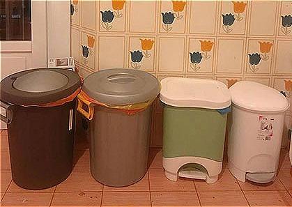 Nhà chị Trần Tuyết ở Italya có 4 chiếc thùng để đựng 4 loại rác khác nhau:  Nhựa, giấy, chai lọ thủy tinh và đồ hữu cơ.