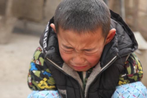 Gou Zihao, 7 tuổi, sống ở một ngôi làng thuộc Lâm Nghi (Sơn Đông).Vào tháng 9/2017, bố Zihao phát hiện bị ung thư. Ba ngày sau khi bố được chẩn đoán, mẹ em bỏ đi với tất cả tiền tiết kiệm của gia đình, Newqq đưa tin.