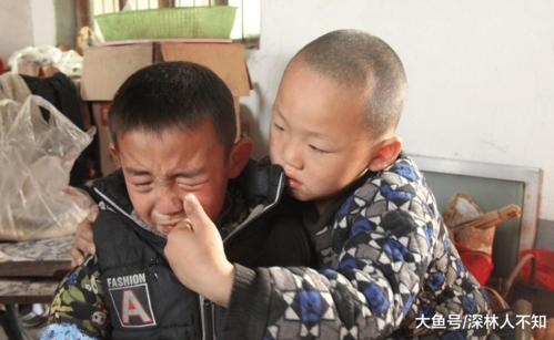 Tháng 7 vừa qua, chú thím Zihao nổi giận với ông bà vì không chăm sóc hai con chú cẩn thận, dẫn đến bé bị sốt cao nguy hiểm. Lúc đó, cậu bé đã khóc và cầu xin bà gửi mình vào trại trẻ mồ côi để giảm bớt gánh nặng chăm sóc cho ông bà.
