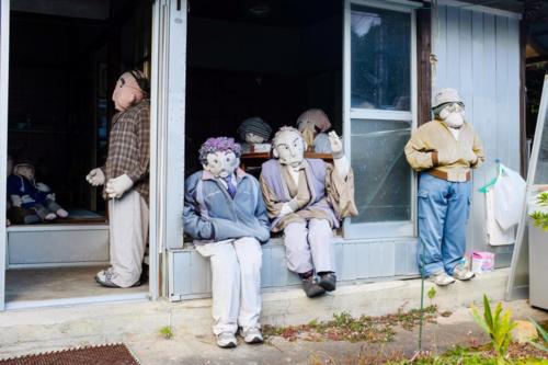 Những con búp bê ở khắp mọi nơi trong làng. Ảnh:Trevor Mogg.