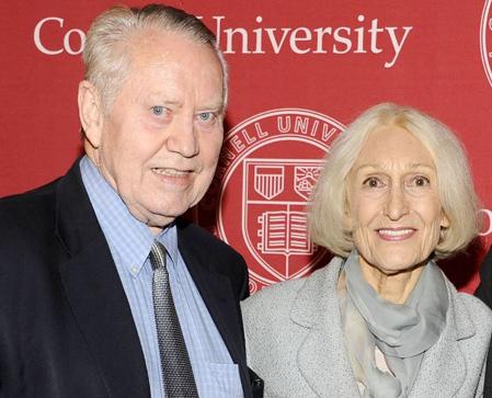 Chuck Feeney và người vợ Helga cùng nhau làm từ thiện hàng chục năm qua. Ảnh: Wall Street Journal.