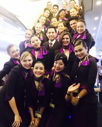 Diệu Thúy (ở giữa, hàng đầu tiên) với các đồng nghiệp ở hãng hàng không của UAE. Ảnh: NVCC.