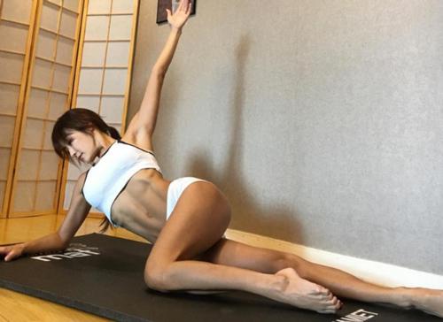Dasol chia sẻ cô chủ yếu tập yoga và các bài tập cơ bản tại nhà để có cơ thể dẻo dai.