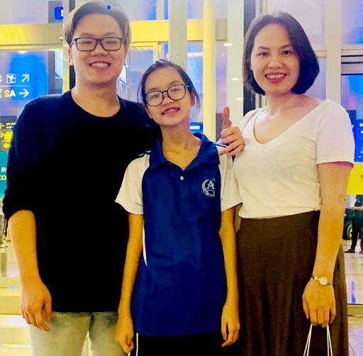 Chị Hảo và con gái đón Long về nhà nghỉ hè cuối tháng 6 vừa qua. Ảnh: L.H.