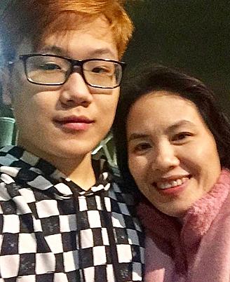 Chị Hảo sang thăm con lần 2 tháng 12/2018 nhân chuyến công tác. Vì mẹ sang bất chợt, Long không sắp xếp được việc học, việc làm, thành thử sau một tuần mẹ sang mới được gặp. Ảnh: Hoàng Long.