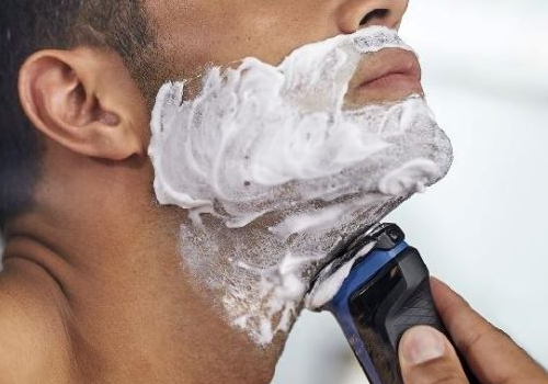 Sử dụng kem chuyên dụng và cạo theo chiều râu mọc giúp bảo đảm an toàn của da hơn.