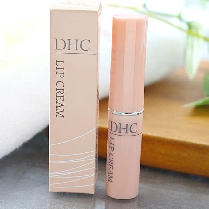 Son dưỡng môi DHC Lip Cream có thành phần chính là tinh chất dầu ô liu vàvitamin E, giúp cung cấp độ ẩm cần thiết cho môi, môi trở nên mềm mại, mịn màng, không bị khô haybong tróc. Tinh chất dầu ô liu trong son còn giúpgiảm tình trạng môi thâm, xỉn màu.Sự kết hợp của Vitamin E và dầu giúp đẩy lùi các dấu hiệu lão hóa môi (các rãnh nhăn), cho môi luôn căng mọng.Chất son nhẹ, dễ dàng thấm sâu nuôi dưỡng đôi môi. Sau khi bôi, môi có lớpbóng cực nhẹ tự nhiên. Sản phẩm có giá ưu đãi 32% trên Shop VnExpress, giảm còn 169.000 đồng.