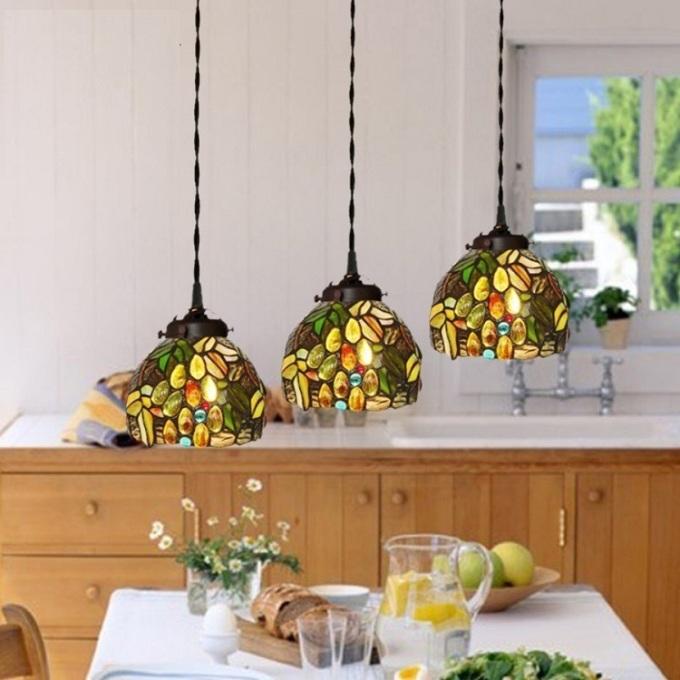 Đèn thả trang trí gắn trần gồm 3 chao đèn nhỏ, có màu sắc rực rỡ, tươi sáng, giúp tô điểm cho không gian phòng ăn, phòng khách. Đèn thả là sản phẩm nội thất trang trí được sử dụng khá phổ biến hiện nay. Bên cạnh vai trò chiếu sáng không gian, các mẫu đèn thả đẹp còn giúp tô điểm thêm cho không gian thêm phần sang trọng, ấn tượng. Sản phảm sử dụng bóng đèn Led giúp tiết kiệm điện năng, không chiếu ra các tia UV, an toàn cho người sử dụng và thân thiện với môi trường.