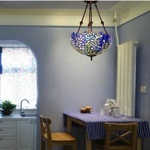 Đèn trần trang trí lấy cảm hứng từ hoa tử đằng có sự chuyển hóa màu sắc tự nhiên từ xanh cobalt, xanh dương dịu mát, xanh pastel đến sắc trắng trong trẻo. Ánh sáng xanh dịu mát, tạo không gian mát mẻ, thư giãn cho không gian phòng khách hoặc phòng ăn nhà bạn. Đèn trần Tiffany có kích thước nhỏ gọn, vừa phải,có thể đặt ở mọi không gian từphòng khách, phòng bếp, phòng ngủ hay tô điểm cho không giannhà hàng, khách sạn.