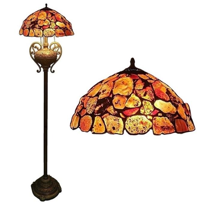 Đèn sàn trang trí đá mã não mang phong cách Art Nouveau (nghệ thuật mới) giống như các loại đèn Tiffany. Chao đèn được làm thủ công bằng cách hàn ghép từng mảnh đá má não với nhau. Những viên đá mã não được thiết kế đậm nhạt, sáng tối khác nhau, gắn ngẫu nhiên tạo điểm nhấn nổi bật cho chao đèn. Chân đèn làm từ thép kết hợp resin, xử lý bề mặt màu đồng cổ. Chân được chạm khắc công phu, tạo sự sang trọng. Dù chao đèn size 40 cmnhưng thiết kế chân đèn nhỏ gọn, dài 165 cm,có thể đặt ở bất cứ góc nhỏ nào trong phòng, khôngtốn quá nhiều diện tích.