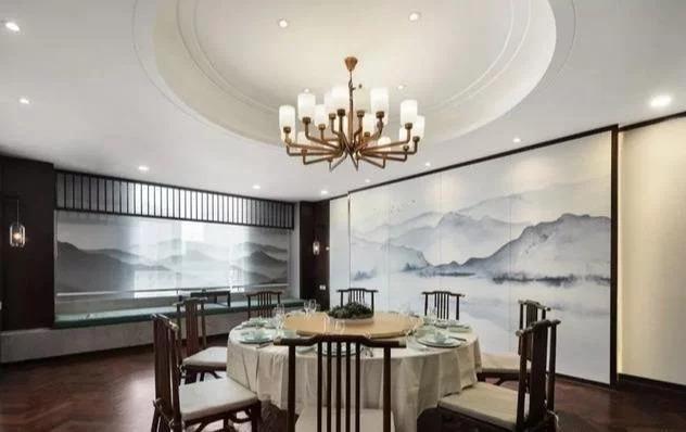Nên mua bàn tròn khi trần nhà làm decor hình tròn.