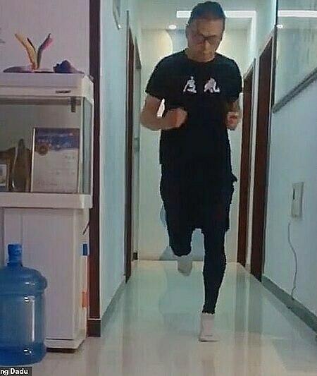 Không thể ra ngoài, anh Pan đành chạy trong phòng khách của mình. Ảnh: Weibo.