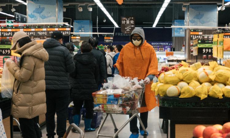 Người dân Vũ Hán trang bị đầy đủ đồ bảo hộ khi mua đồ ăn trong siêu thị. Ảnh: Southern Metropolis Daily.