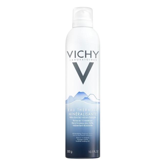 Nước xịt khoáng dưỡng da Vichy 100843334 có tác dụng kháng viêm, chống kích ứng, làm dịu da, góp phần giúp da chống lại những tác động từ ô nhiễm môi trường. Xịt khoáng làm từ các thành phần tinh khiết và tự nhiên. Sử dụng bằng cách xịt trực tiếp lên da mặt với khoảng cách một gang tay, một đến hai lần vòng quang mặt. Vỗ nhẹ và thấm phần nước còn đọng bằng khăn giấy hoặc bông tẩy trang. Có thể dùng nhiều lần trong ngày, mỗi khi cảm thấy da khô hoặc có dấu hiệu kích ứng. Sản phẩm có giá 339.000 đồng cho chai dung tích 300 ml.
